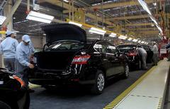Unos trabajadores en la planta de Nissan en Aguascalientes, México, nov 12 2013. La tasa de desempleo de México subió a un 4.43 por ciento en enero, después de tocar el mes anterior un mínimo de más de seis años, lo que siembra dudas sobre la aceleración de la segunda mayor economía de América Latina.  REUTERS/Henry Romero