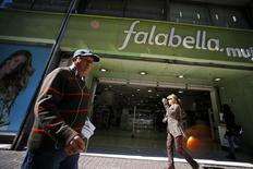 Una tienda de la minorista Falabella en Santiago, Chile, ago 25 2014. La ganancia de la minorista chilena Falabella habría caído un 4,4 por ciento interanual en el cuarto trimestre, ante un menor dinamismo del consumo en América Latina y gastos derivados de la adquisición de activos en Perú.   REUTERS/Ivan Alvarado