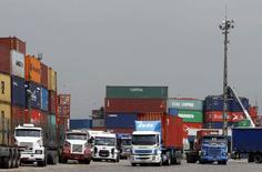 Caminhões parados no porto de Santos.  25/02/2015     REUTERS/Paulo Whitaker