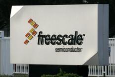 Логотип Freescale Semiconductor Inc у въезда на фабрику компании в Тулузе. 24 апреля 2009 года. Объем сделок слияний и поглощений в технологическом секторе достиг в этом году максимума за период 15 лет благодаря объявленной накануне в Нью-Йорке сделке слияния нидерландского производителя полупроводников NXP Semiconductors NV с несколько меньшей по размеру аналогичной американской компанией Freescale Semiconductor Ltd. REUTERS/Jean-Philippe Arles