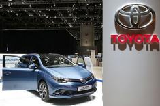 Stand Toyota au salon de l'automobile de Genève. Le président de Toyota Motor Europe Didier Leroy a déclaré que le constructeur japonais s'attendait à augmenter ses ventes en Europe occidentale et centrale cette année. /Photo prise le 2 mars 2015/REUTERS/Arnd Wiegmann