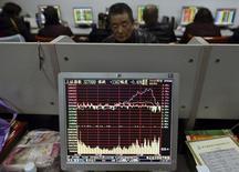Розничные инвесторы в брокерской конторе в Ханчжоу. 9 января 2015 года. Азиатские фондовые рынки, кроме Южной Кореи, снизились во вторник за счет местных факторов. REUTERS/Stringer