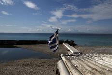 Флаг Греции на пляже в Алимосе. 1 марта 2015 года. Акционеры Европейского банка реконструкции и развития (ЕБРР) единодушно проголосовали за обеспечение инвестиционной и финансовой поддержки Греции в следующие пять лет, сообщил банк во вторник. REUTERS/Alkis Konstantinidis
