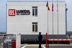 Una refinería de Lukoil en Ploiesti, Rumania, oct 2 2014. La producción de petróleo de Rusia bajará en 800.000 barriles por día, o un 8 por ciento, en los próximos dos años, debido a que las compañías están reduciendo las perforaciones en Siberia ante la caída de los precios y por las sanciones, dijo a Reuters un importante ejecutivo petrolero.   REUTERS/Bogdan Cristel