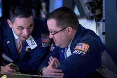 Unos operadores en la bolsa de Wall Street en Nueva York, mar 2, 2015. Las acciones bajaban el martes en la apertura en la bolsa de Nueva York, y el Dow Jones y el S&P 500 retrocedían desde máximos históricos un día después de que el Nasdaq superó las 5.000 unidades por primera vez en 15 años. REUTERS/Brendan McDermid
