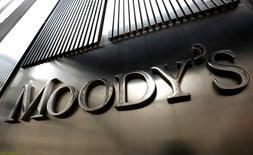 El logo de Moody's en su sede corporativa de Nueva York, feb 6 2013. Los bancos estatales brasileños son los que presentan mayores riesgos sobre los préstamos realizados a la petrolera Petrobras y a firmas contratistas de servicios petroleros y de la industria de la construcción, dijo el martes Moody's Investors Service. REUTERS/Brendan McDermid