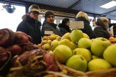 Очередь в магазине крымских продуктов в Химках. 25 января 2015 года. Вклад девальвации рубля в январскую инфляцию, достигшую 15 процентов в годовом выражении, составил 6,8-7,0 процентного пункта, подсчитало Минэкономразвития. REUTERS/Maxim Zmeyev