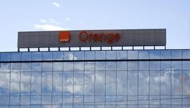 L'opérateur français Orange compte rester en Belgique où il détient 51% du numéro deux du mobile Mobistar et n'a pas été sollicité en vue de faire une offre sur le numéro trois local Base, selon le responsable de ses activités en Europe, Gervais Pellissier. /Photo d'archives/REUTERS/Andrea Comas