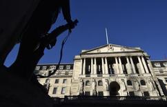 La Banque d'Angleterre (BoE) a laissé jeudi son taux directeur inchangé à 0,5%, son plus bas niveau historique auquel il est fixé depuis six ans exactement, même si l'amélioration régulière de la conjoncture plaide pour un resserrement de la politique monétaire d'ici un an au plus tard. /Photo prise le 16 décembre 2014/REUTERS/Toby Melville