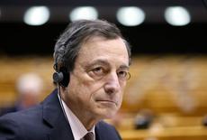 En la imagen, el presidente del BCE, Mario Draghi, durante un debate en Bruselas. El Banco Central Europeo mantuvo su principal tasa de interés sin cambios en un mínimo nivel histórico de 0,05 por ciento el jueves, mientras despliega un plan de impresión de dinero a gran escala para impulsar a la inflación desde territorio negativo. REUTERS/Francois Lenoir