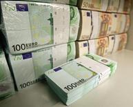 Billetes de 50 y 100 euros en la bóveda de un banco en Viena, abr 10 2013. El euro cedía el jueves tras caer a mínimos de 11 años y medio ante el dólar y a su menor nivel contra la libra esterlina, luego que el presidente del Banco Central Europeo, Mario Draghi, dejara la puerta abierta a que el programa de compras de bonos de la institución se extienda más allá de septiembre del 2016.  REUTERS/Heinz-Peter Bader