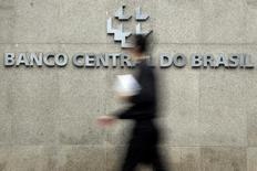 Homem em frente sede do Banco Central, em Brasília. 15/01/2014   REUTERS/Ueslei Marcelino