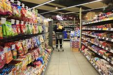 Supermercado en Shanghái, 10 feb, 2015. El ritmo de la inflación al consumidor de China se aceleró inesperadamente en febrero, pero los precios a los productores continuaron su caída, subrayando una debilidad cada vez mayor de la economía. REUTERS/Aly Song/Files