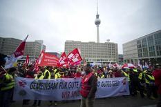 Sindicalistas durante protesto em Berlim.  11/03/2015   REUTERS/Stefanie Loos