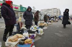 Женщины продают продукты домашнего приготовления в Киеве. 3 декабря 2014 года. Международный валютный фонд полагает, что рост на Украине должен возобновиться в 2016 году после резкого сокращения экономики в текущем году. REUTERS/Valentyn Ogirenko