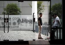 Alibaba, à suivre jeudi sur les marchés américains. Le géant chinois de l'internet  investit 200 millions de dollars dans l'application mobile Snapchat, ce qui valorise le service de messages qui disparaissent au bout de quelques à environ 15 milliards de dollars. /Photo d'archives/REUTERS/Carlos Barria