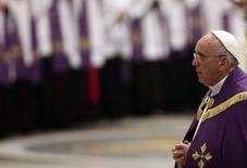 Pope Francis' arrives to lead penitential celebration in the St. Peter's Basilica at the Vatican, March 13, 2015. REUTERS/Alessandro Bianchi (VATICAN - Tags: RELIGION) - RTR4T9K3
