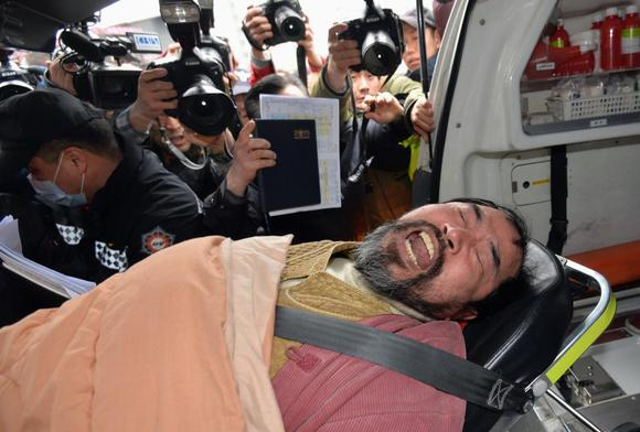 Kim Ki-jong, a member of a pro-Korean unification group who attacked the U.S. ambassador to South Korea Mark Lippert at a public forum, is carried on a stretcher off an ambulance as he arrives at a hospital in Seoul March 5, 2015.  REUTERS/Han Jong-chan/Yonhap