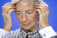 """La recuperación de la economía mundial sigue siendo """"demasiado lenta, demasiado frágil y demasiado asimétrica"""", dijo el lunes la directora gerente del Fondo Monetario Internacional, identificando las divergencias en política monetaria como un riesgo que podría provocar volatilidad en los mercados financieros. En la ia imagen, Lagarde durante una conferencia de prensa en Berlín, el 11 de marzo de 2015. REUTERS/Stefanie Loos"""