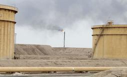 Нефтяное месторождение в Басре. 19 февраля 2015 года. Цена нефти Brent держится около $54 за баррель на фоне сохраняющегося на рынке избытка. REUTERS/Essam Al-Sudani