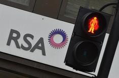 El logo de la aseguradora británica RSA a las afueras de una de sus oficinas en Londres, dic 13 2013. La aseguradora británica RSA está considerando una posible venta de su negocio latinoamericano, dijo el martes una fuente familiarizada con la situación, en lo que sería la mayor de una extensa serie de desinversiones del grupo. REUTERS/Toby Melville