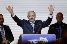 Премьер-министр Израиля Биньямин Нетаньяху приветствует сторонников в штаб-квартире партии Ликуд в Тель-Авиве. 18 марта 2015 года. Биньямин Нетаньяху одержал победу на прошедших во вторник выборах после того, как резко изменил риторику в последние дни предвыборной кампании, в том числе отказался от обязательства обсудить статус Палестины. REUTERS/Amir Cohen