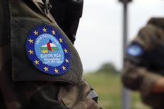 Французский солдат миссии ЕС EUFOR-RCA охраняет блокпост в аэропорту Банги. 1 мая 2014 года. Почти половина жителей Германии поддерживают предложение главы Еврокомиссии Жана-Клода Юнкера о создании армии ЕС, однако противников у этой идеи примерно столько же. REUTERS/Emmanuel Braun
