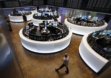 Помещение фондовой биржи во Франкфурте-на-Майне. 16 марта 2015 года. Европейские фондовые рынки растут, поскольку ФРС намекнула на неторопливое повышение процентных ставок. REUTERS/Ralph Orlowski