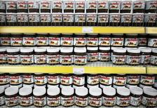 Le groupe italien de confiserie Ferrero, fabricant du Nutella, a publié vendredi un bénéfice imposable 2014 en hausse de 14% à 907 millions d'euros, grâce aux fortes ventes de sa gamme Kinder Joy, des friandises en forme d'oeuf avec un jouet à l'intérieur. /Photo d'archives/REUTERS/Dado Ruvic