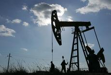 Станок-качалка на нефтяном месторождении в Китае. 18 марта 2006 года. Цены на нефть снизились более чем на 1 процент после очередного заявления Саудовской Аравии, что она не будет в одиночку сокращать добычу, чтобы поддержать мировой рынок. REUTERS/Jason Lee