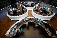 Помещение фондовой биржи во Франкфурте-на-Майне. 16 марта 2015 года. Европейские фондовые рынки снижаются с многолетних максимумов, а акции Pirelli растут после объявления о ее продаже китайской компании. REUTERS/Ralph Orlowski