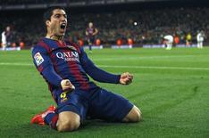 Luis Suárez comemorando gol durante partida contra o Real Madrid, em Barcelona .  22/03/2015     REUTERS/Albert Gea