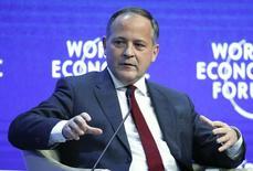 En la imagen de archivo, Coeure durante una conferencia en el Foro Económico Mundial de Davos, Suiza, el 24 de enero de 2015. El programa de ayuda financiera a Grecia será modificado para ajustarse a su nuevo Gobierno, dijo el lunes un importante funcionario del Banco Central Europeo (BCE), indicando que la entidad regional sigue dispuesta a respaldar al país. REUTERS/Ruben Sprich