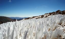 Imagen de archivo del glaciar El Toro II visto desde Huasco, Chile, feb 28 2007. Un tribunal ambiental chileno declaró el lunes que el polémico proyecto aurífero Pascua-Lama, de la canadiense Barrick, no ha dañado los glaciares ubicados en la zona de desarrollo del yacimiento. REUTERS/Pav Jordan
