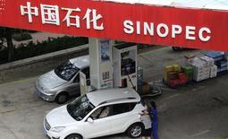 Una gasolinera de Sinopec en Qingdao, China, sep 11 2104. El almacenamiento de petróleo comercial y estratégico de China casi ha llegado a su límite, dijo el miércoles un ejecutivo de Sinopec, dejando poco espacio para que el mayor consumidor de crudo de Asia mantenga un firme incremento en las importaciones y sumando presión a la baja a un mercado ya sobreabastecido.  REUTERS/Stringer