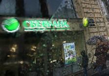 Отделение Сбербанка в Санкт-Петербурге 6 ноября 2014 года. Крупнейший госбанк РФ Сбербанк ждет, что его рентабельность капитала упадет ниже 10 процентов в 2015 году, расходы на риск составят около 3,0-3,5 процента, достаточность капитала первого уровня будет выше 8,8 процента, сообщил банк в презентации по итогам отчета за 2014 год. REUTERS/Alexander Demianchuk