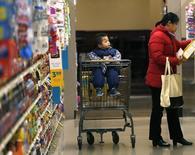 Una mujer realizando compras la interior de una tienda de la cadena Safeway en Wheaton, EEUU, feb 13 2015. La confianza del consumidor estadounidense repuntó imprevistamente fuerte en marzo, de acuerdo con un reporte del sector privado divulgado el martes.    REUTERS/Gary Cameron
