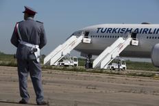 En la imagen, un vigilante junto a un avión de Turkish desviado a Casablanca por una amenaza de bomba el 30 de marzo de 2015.  Un vuelo de Turkish Airlines con destino a Lisboa fue desviado el miércoles de vuelta a Estambul después de que se halló a bordo equipaje que aparentemente no correspondía a ningún pasajero, dijo una portavoz a Reuters. REUTERS/Youssef Boudlal