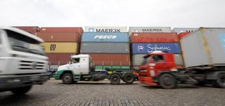 El puerto brasileño de Santos, feb 25 2015. Brasil registró un superávit comercial de 458 millones de dólares en marzo, mostraron datos del Gobierno el miércoles, desafiando las expectativas del mercado que esperaba un déficit para este mes.     REUTERS/Paulo Whitaker