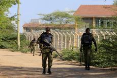 Кенийские военные возле университета, атакованного исламистами. Гарисса, 2 апреля 2015 года. Боевики сомалийской исламистской группировки Аш-Шабаб напали в четверг на кенийский университет, убив и ранив десятки человек. REUTERS/Noor Khamis
