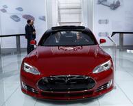 La Tesla S. Tesla Motors a vendu 10.030 véhicules au premier trimestre, un record pour le constructeur de voitures électriques et une hausse de 55% sur un an. /Photo prise le 13 janvier 2015/REUTERS/Rebecca Cook