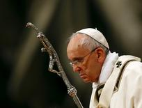 Pope Francis holds a crucifix as he lead the Easter vigil mass in Saint Peter's basilica at the Vatican April 4, 2015. REUTERS/Stefano Rellandini
