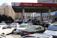 En la imagen, vehículos hacen fila para llenar sus tanques en una estación de servicio en Zhengzhou, provincia de Henan. 9 de febrero, 2015.  Arabia Saudita, el mayor exportador mundial de petróleo, subió los precios de todos los grados del crudo que venderá a Asia en mayo, incrementándolos por segundo mes consecutivo a medida que márgenes de refinación robustos apoyaban la demanda en la región. REUTERS/Stringer