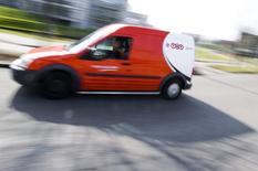 Автомобиль службы доставки TNT в Хофддорпе. 19 марта 2012 года. Служба доставки FedEx Corp покупает нидерландскую логистическую фирму TNT Express для расширения своих операций в Европе, сообщили во вторник компании. REUTERS/Robin van Lonkhuijsen/United Photos