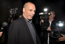 """Le ministre grec des Finances Yanis Varoufakis après son entretien informel avecet la directrice générale du FMI, Christine Lagarde. Le Fonds monétaire international est disposé à faire preuve de """"souplesse"""" avec la liste de réformes que la Grèce propose à ses créanciers avant le déblocage de nouveaux fonds d'aide, selon le ministère grec des Finances. /Photo prise le 5 avril 2015/REUTERS/Mike Theiler"""