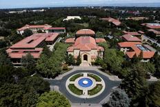 Des scientifiques américains de l'Université de Stanford (photo) disent avoir mis au point, grâce à l'aluminium, une batterie moins chère, plus écologique, plus endurante et pliable qui pourrait permettre de recharger les smartphones en une minute. /Photo prise le 9 mai 2014/REUTERS/Beck Diefenbach