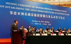 Le ministre chinois des Finances Lou Jiwei à la tribune lors de la cérémonie de lancement de la Banque asiatique d'investissement pour les infrastructures (AIIB)  à Pékin.  L'Iran a été accepté comme membre fondateur de la nouvelle AIIB lancée par la Chine, selon Chine nouvelle. Cette décision a été prise par les membres fondateurs existants, dont la Chine, la Grande-Bretagne, la France, l'Inde et l'Italie. /Photo prise le 24 octobre 2014/REUTERS/Takaki Yajima/Pool
