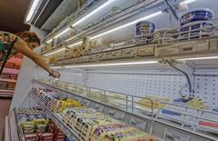 Женщина в магазине во Владивостоке 7 сентября 2014 года. Россия может рассмотреть отмену продовольственных санкций в отношении некоторых стран ЕС, заявил министр сельского хозяйства Николай Федоров, назвав Грецию, Венгрию и Кипр. REUTERS/Yuri Maltsev