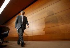 Le gouverneur de la Banque du Japon Haruhiko Kuroda. La BoJ a maintenu sa politique monétaire ultra-accommodante et réaffirmé sa vision plutôt optimiste de l'économie mercredi, passant ainsi outre une série d'indicateurs macro-économiques semblant plutôt attester d'un ralentissement de l'activité. /Photo prise le 8 avril 2015/REUTERS/Yuya Shino