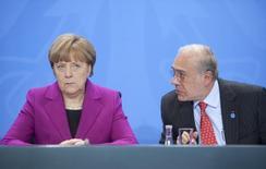 En la imagen, la canciller alemana, Angela Merkel, junto al secretario general de la OCDE, Angel Gurría, en rueda de prensa tras una reunión en Berlín el 11 de marzo de 2015.  El crecimiento económico se está alentando en la zona euro y en la India, pero se ha desacelerado en China, Rusia y Brasil, dijo el jueves la Organización para la Cooperación y el Desarrollo Económico (OCDE). REUTERS/Stefanie Loos